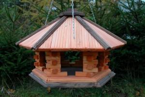 gro e vogelhaus aus holz mit kette masuren souvenir. Black Bedroom Furniture Sets. Home Design Ideas