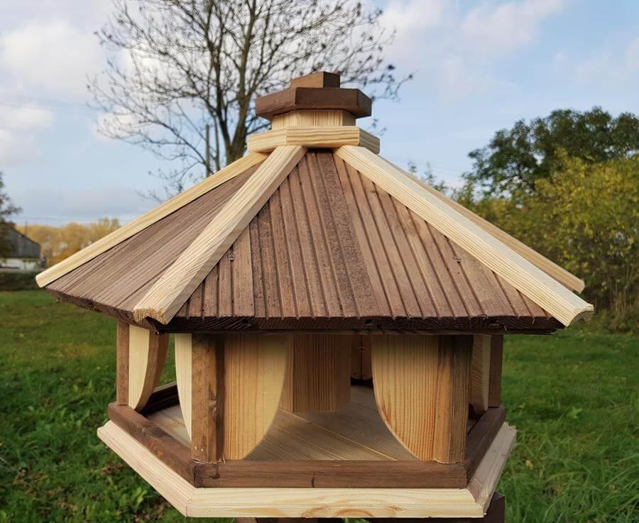 gro e vogelhaus aus holz mit futtersilo masuren souvenir. Black Bedroom Furniture Sets. Home Design Ideas